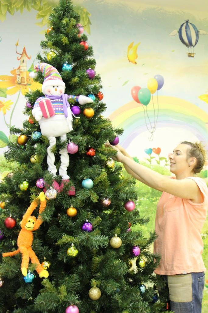 Елка с обезьянкой в детском центре
