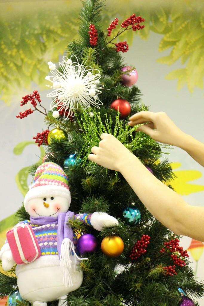 Зеленая ветка на ёлке в детском центре