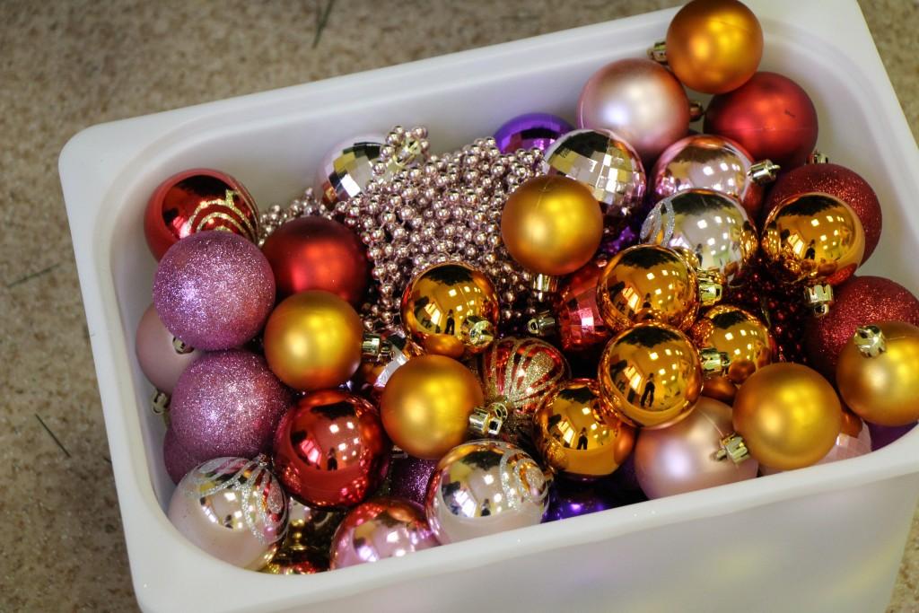 новогодние шары в коробке в детском клубе