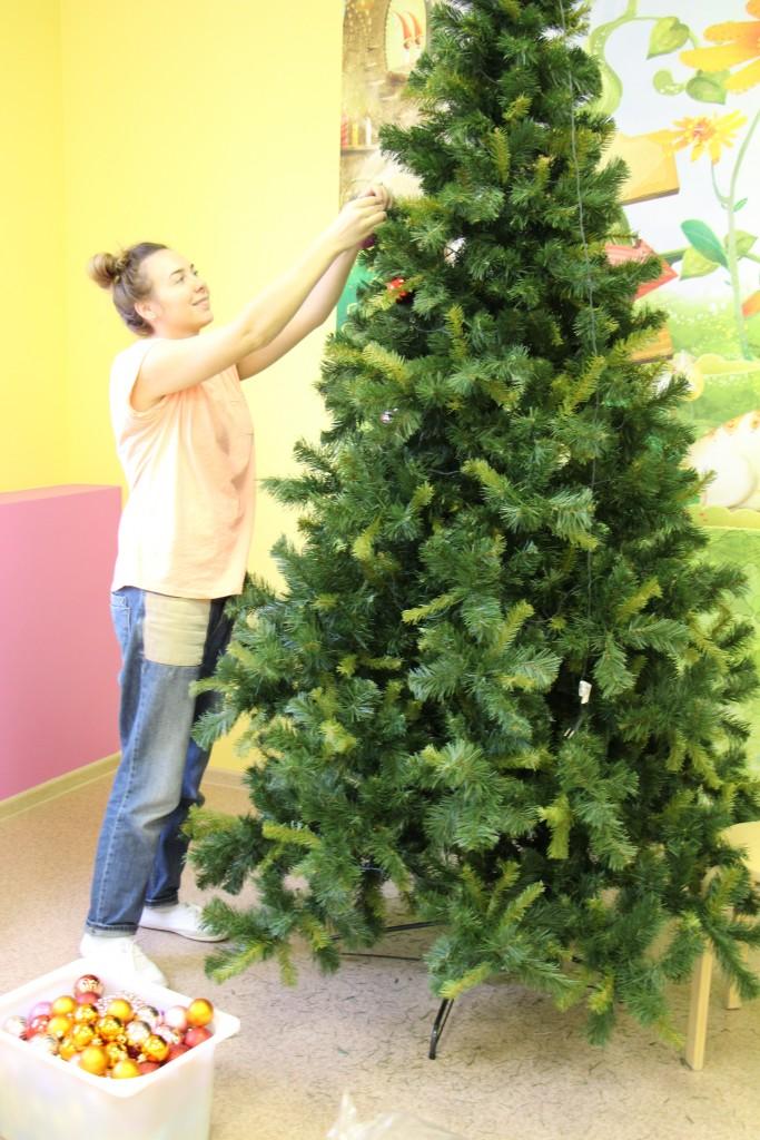 наряжаем елку в детском центре
