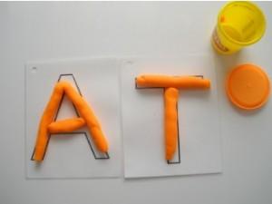 Лепка для запоминания букв на занятиях в детском центре