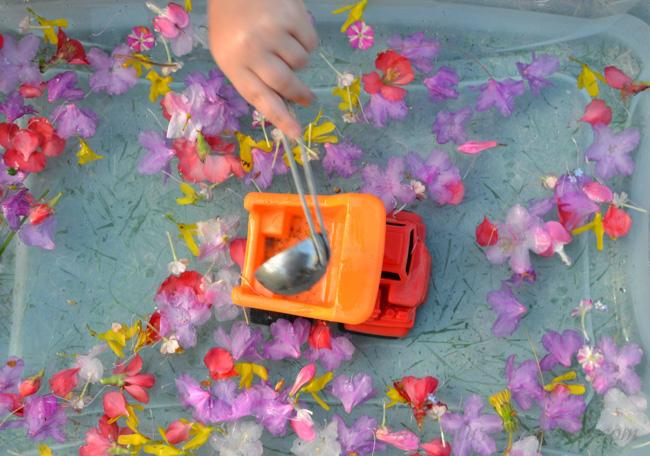 Дети любят играть с такими сенсорными коробками