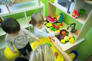 Дети играют в развивающем центре