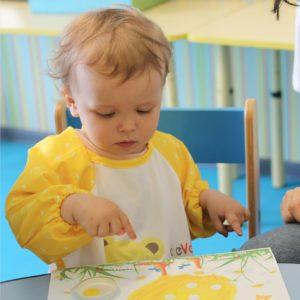Ребёнок на занятии в детском центре