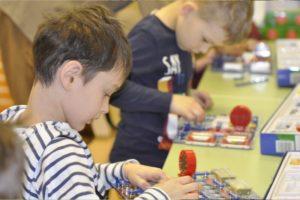 Дети работают с конструктором знаток