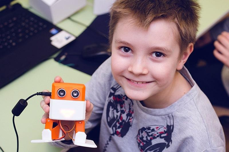 Ребенок собрал и запрограммировал робота