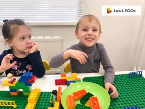 Дети любят конструировать из Лего