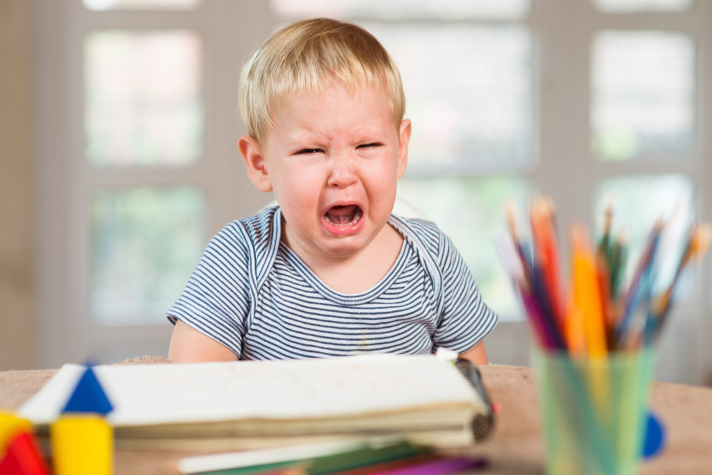 Ребенок плачет за партой