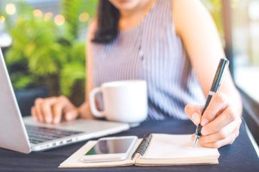 Женщина начинает свой блог в Инстаграм