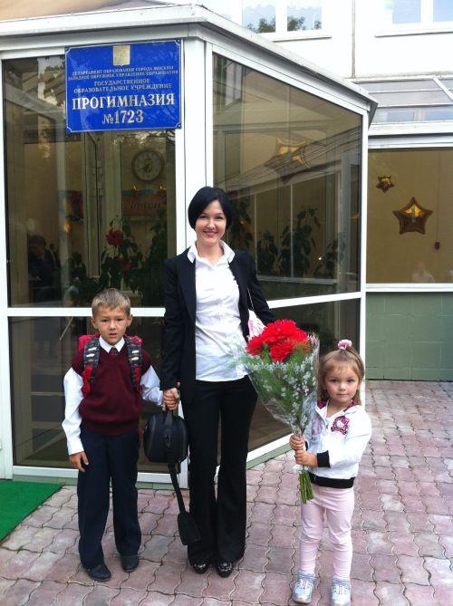 Зарина Ивантер с детьми у школы