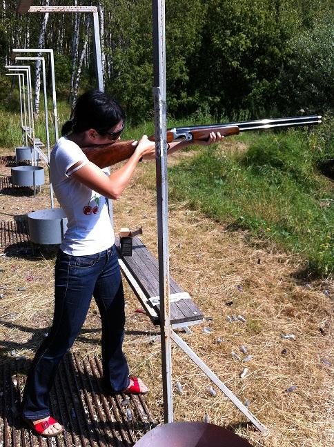 Зарина Ивантер стреляет из ружья