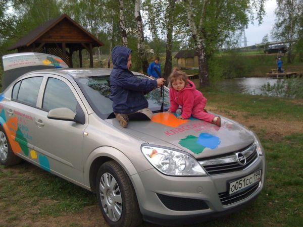 реклама детского центра на автомобиле